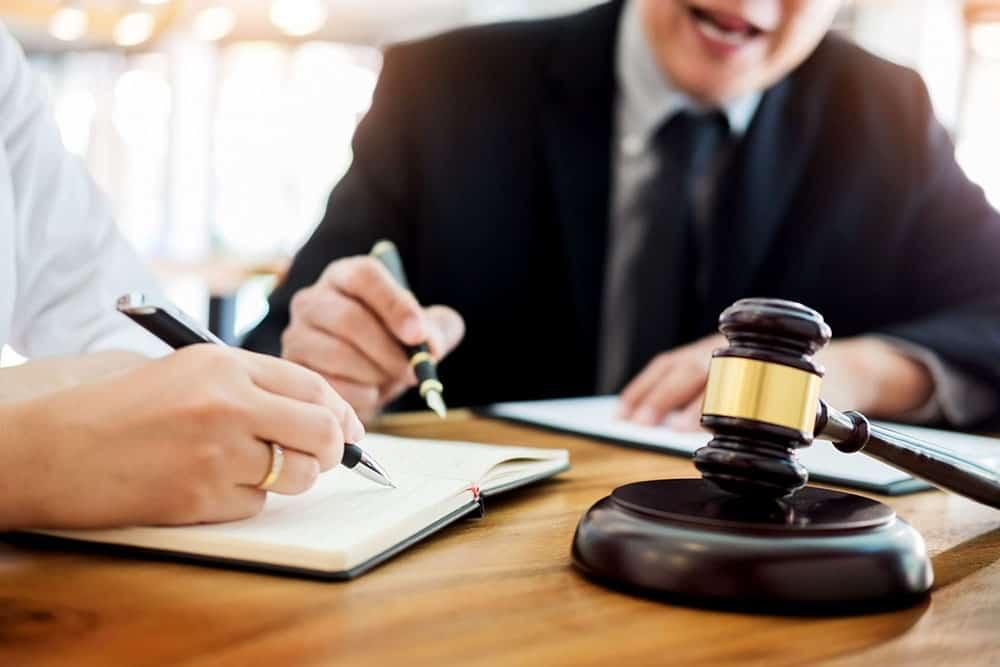 abogado civil evaluando un caso