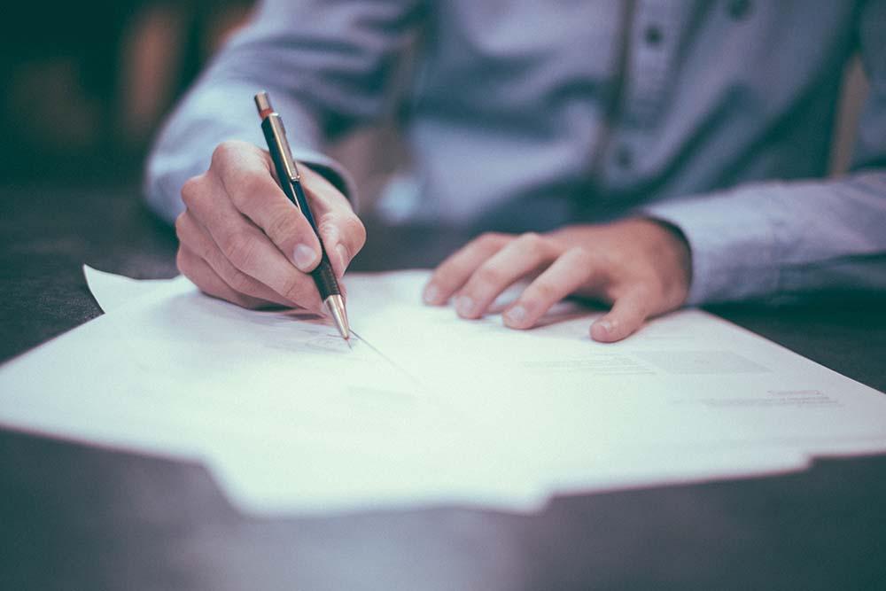 abogado penal firmando contratos